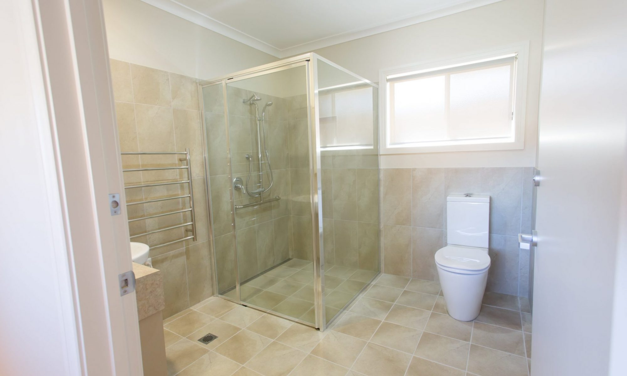 Large and modern bathrooms - Murray Vale Village - 528A4714